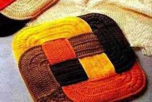 цветной вязаный коврик