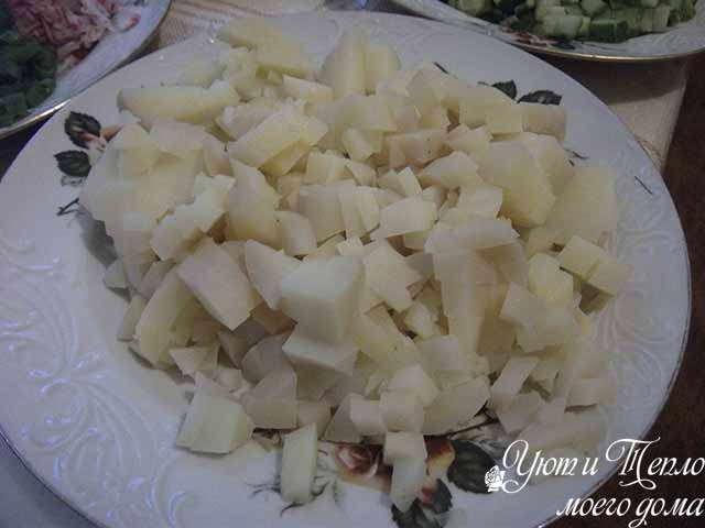 kartofel' rezhem kubikami