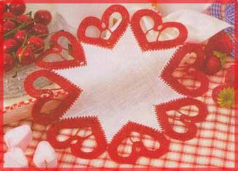 salfetka iz tkani, obvjazannaja serdechkami krjuchkom