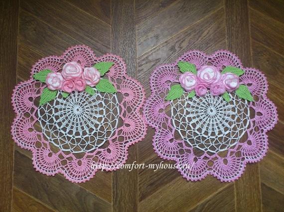 dve dvuhcvetnye salfetki s rozochkami