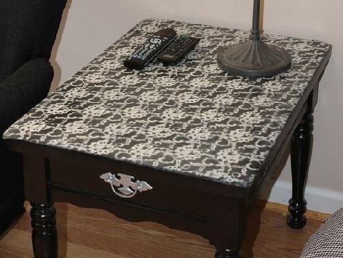 dekor zhurnal'nogo stolika kruzhevnoj rospis'ju v cherno-belom cvete