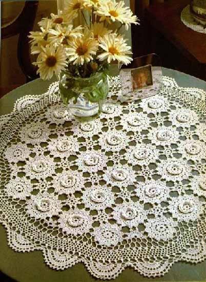 krasivaja kruglaja salfetka iz ob#emnyh cvetov krjuchkom