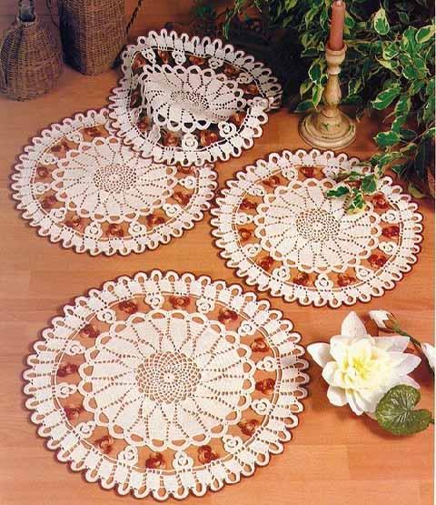 komplekt kruzhevnyh salfetok dlja servirovki stola