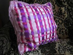 подушка из атласной тесьмы