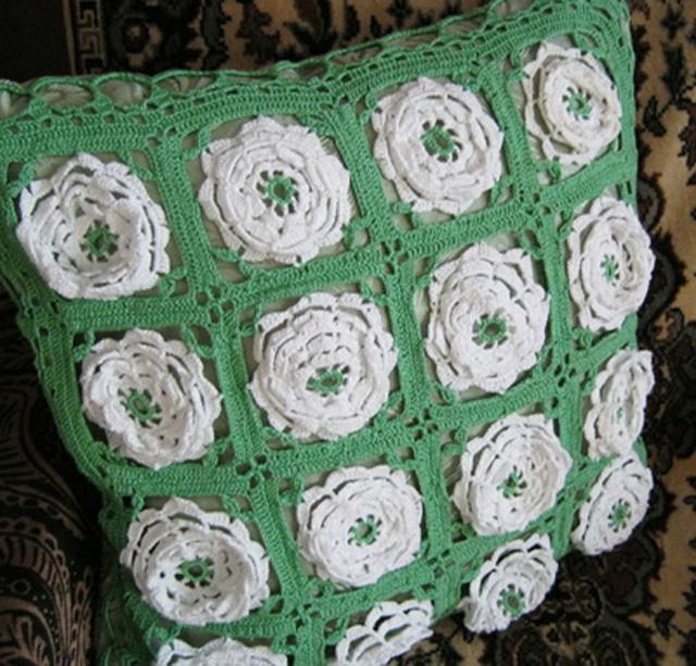 podushka krjuchkom iz irisa s ob#emnymi cvetami