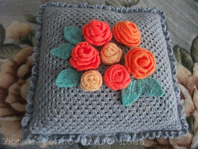 vjazanaja-dekorativnaja-podushka-krjuchkom-s-rozami