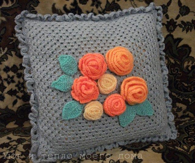 podushka svjazannaja krjuchkom babushkinym kvadratom s rozami