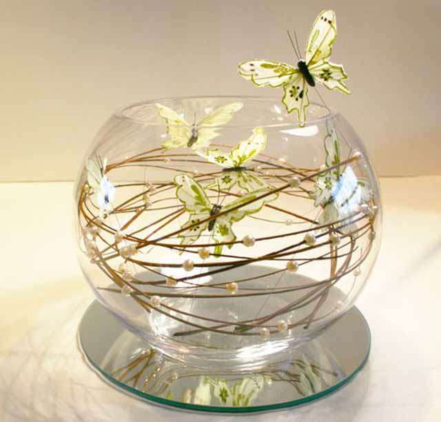 kompozicija iz babochek v stekle