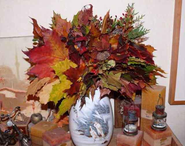 buket iz listjev v vaze