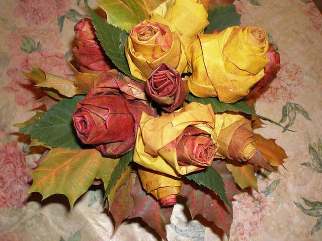 buket roz iz osennih listev