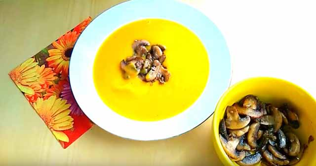 sup iz tykvy s gribami