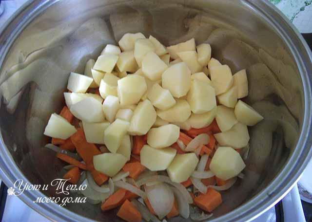 kartofel' v kastryule s ovoshchami