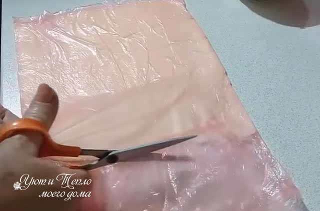 razrezka paketa nozhnicami