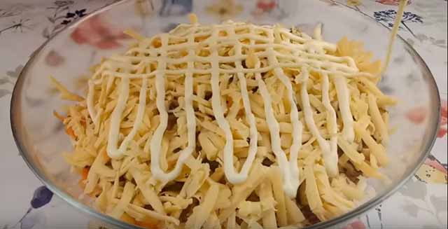 sloj syra i setka majoneza