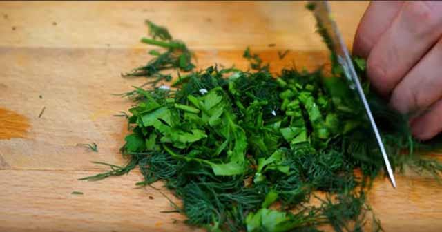 melko izmel'chennaya zelen' ukropa i petrushki