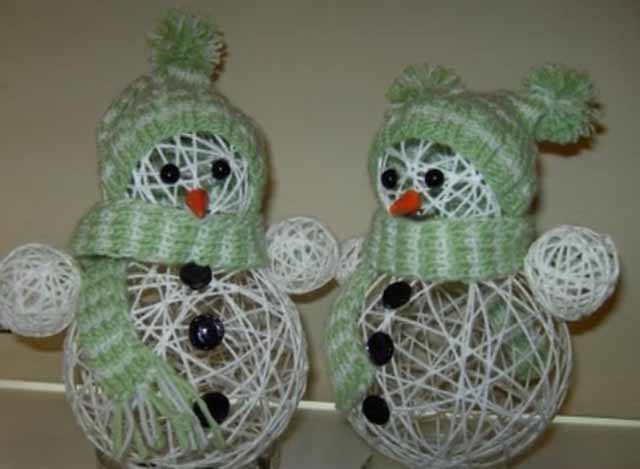 novogodnie snegovichki iz nitok