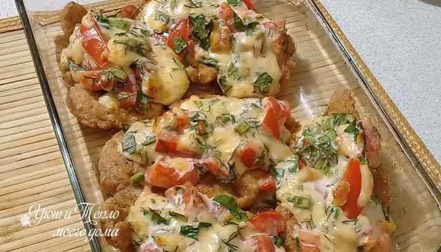 kurinye otbivnye pod shuboj iz pomidorov i syra
