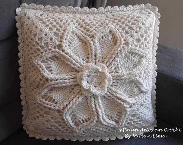 podushka s uzorom cvetok