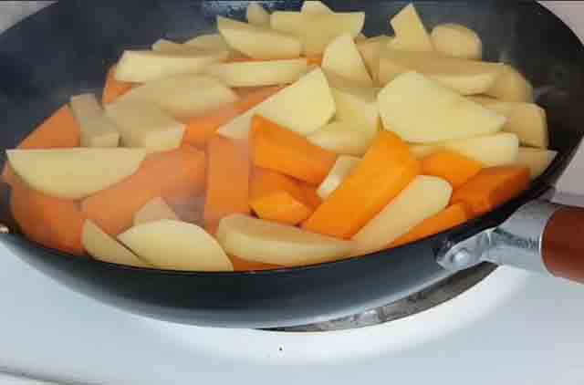 kartofel' s tykvoj na skovorode