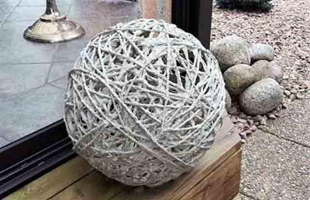 dekorativnyj shar iz tryapok i cementa