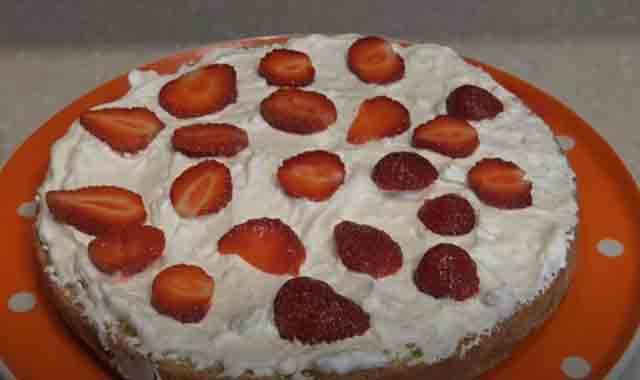 sborka torta s klubnikoj