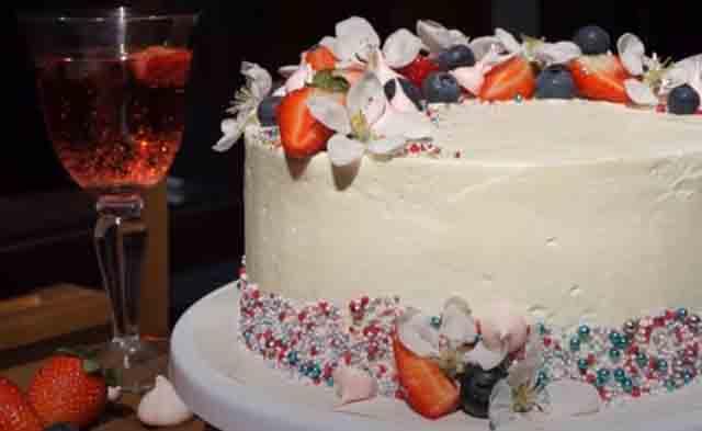 tort s klubnikoj i shokoladom