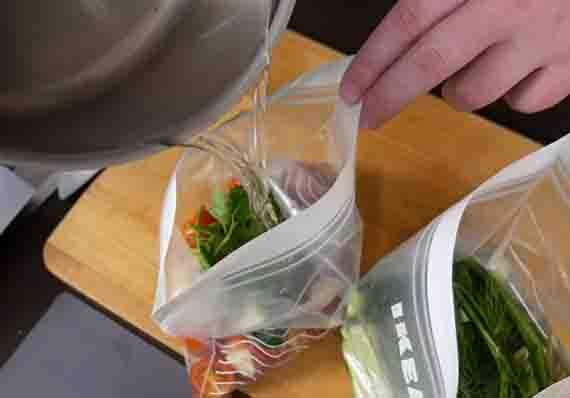 rassol v paket s pomidorami i ogurcami