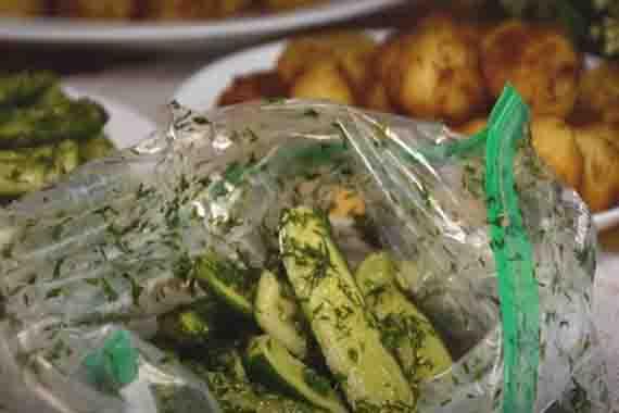 malosol'nye ogurchiki v pakete