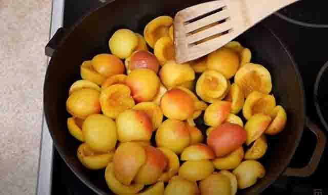 polovinki abrikosov na skovorode