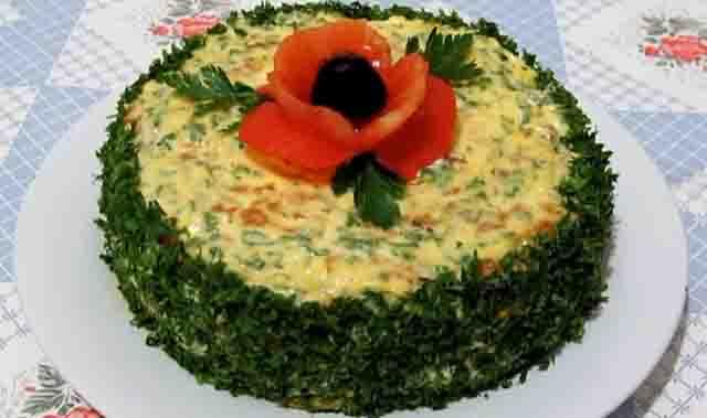 kabachkovyj tort s morkov'yu i lukom