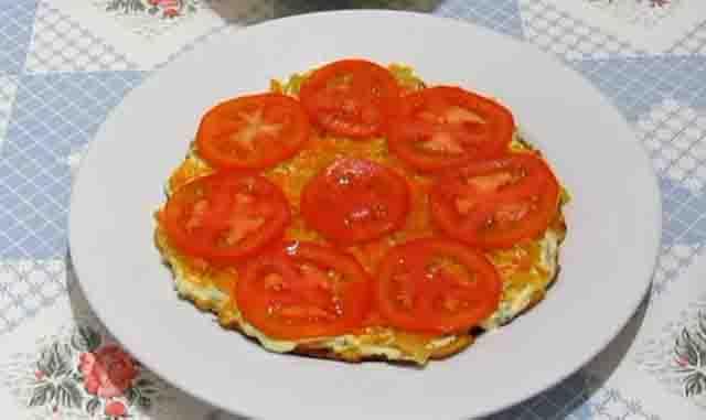 kruzhki pomidorov na lepeshke iz kabachkov