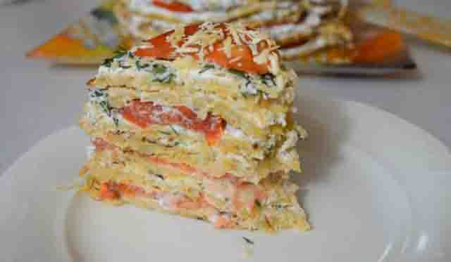 kusok kabachkovogo torta s pomidorami