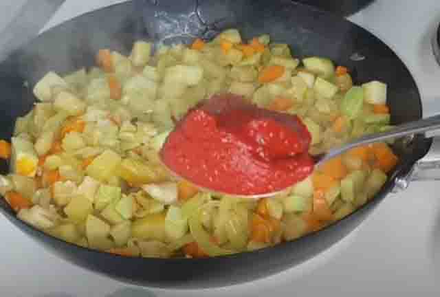 tomatnaya pasta v ragu iz ovoshchej