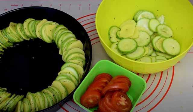 kabachki kartofel' i pomidory kruzhochkami
