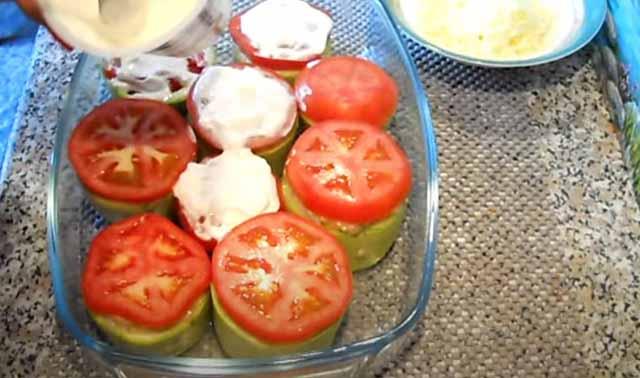 sloj pomidor na farshirovannyh kabachkah