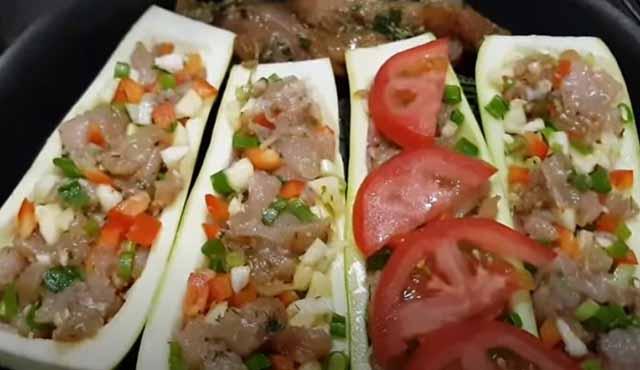 pomidory sverhu lodochek iz kabachkov