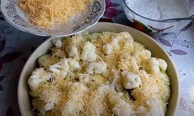 cvetnaya kapusta s kabachkami i syrom