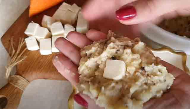 kusochek syra na lepeshke iz pyure