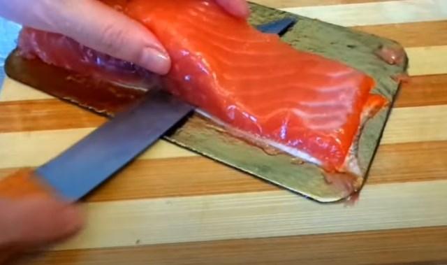 razrezanie kuska ryby