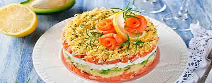 salat s krasnoj ryboj sloyami