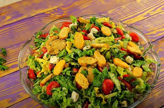 salat iz pekinki s kuricej