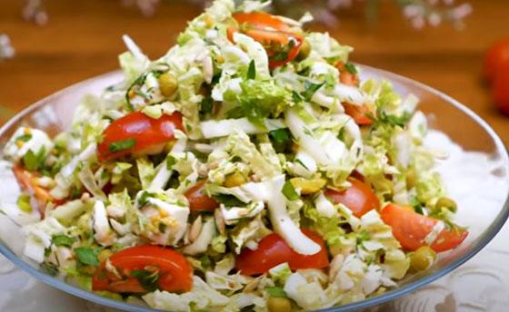 salat iz pekinki s pomidorom