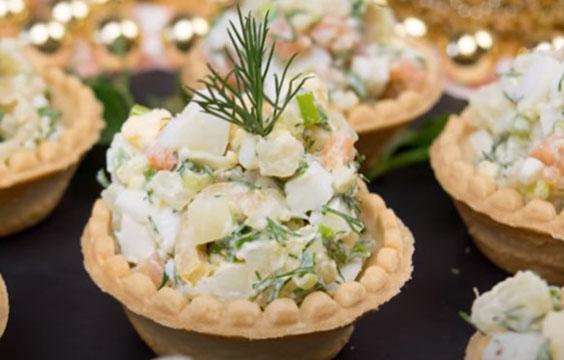 salat v tartaletkah s krasnoj ryboj