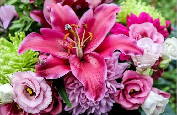 lilii v bukete na den rozhdeniya